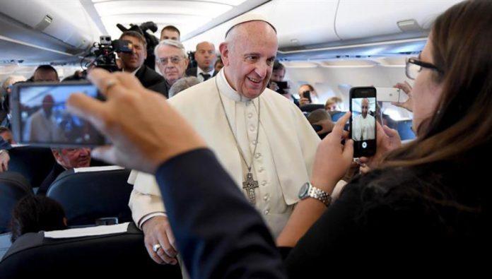 El papa Francisco a los medios de comunicación que lo acompañan en el viaje. Foto: Atresmedia