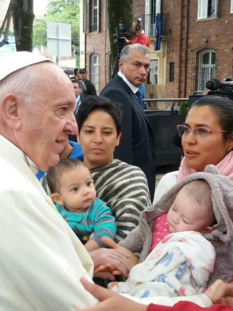Con bufanda rosada, Liliana Raigoso con su pequeña Sofía en el momento en el que el papa le saluda. Foto: UNIMINUTO Radio