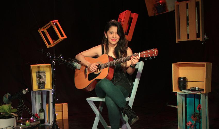 Guitarra - Angela Tapias, compositora e intérprete colombiana.