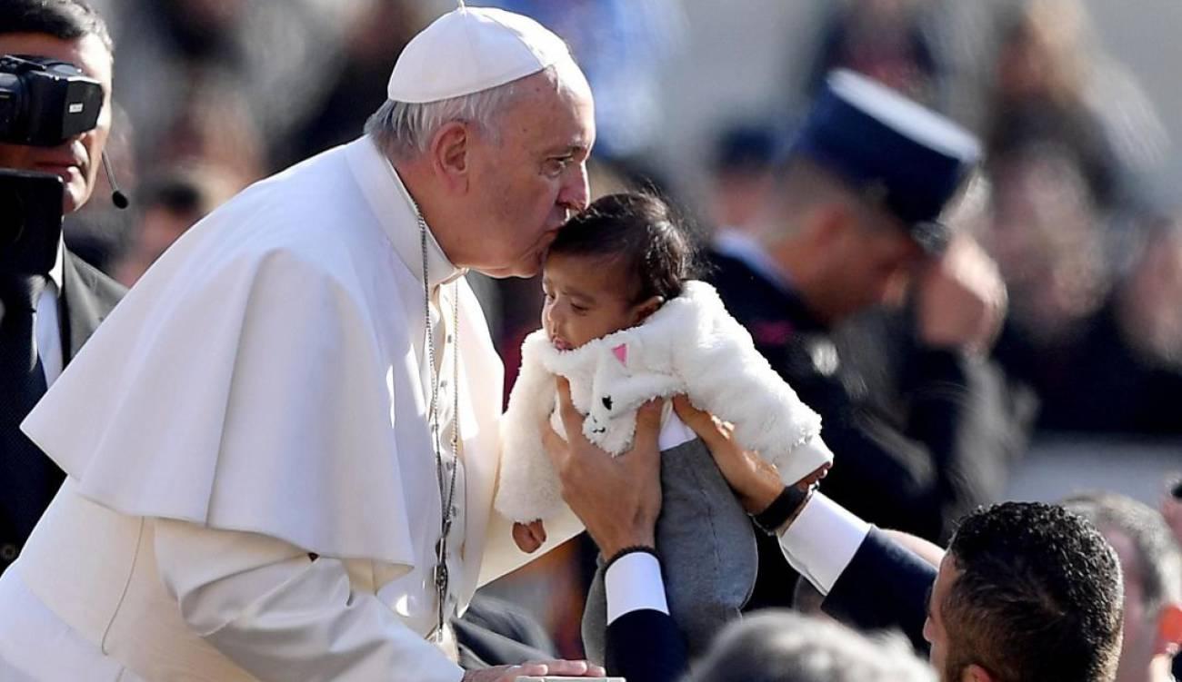 """""""Quien cuida a los niños está del lado de Dios"""": papa Francisco"""
