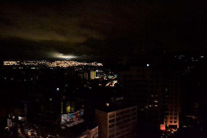 """Gobierno de Venezuela denuncia una """"guerra eléctrica"""" por apagón masivo"""