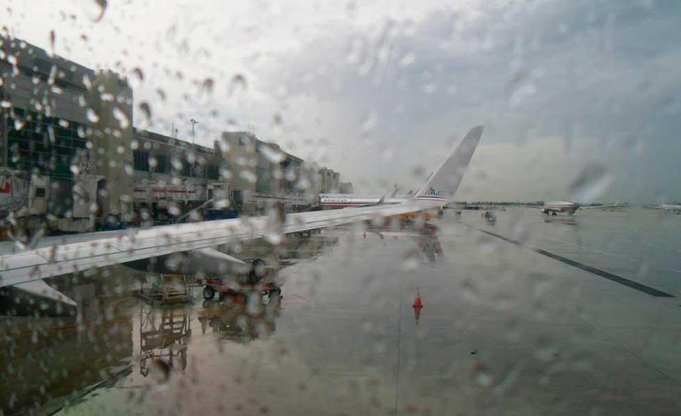 Fuertes lluvias dejan retrasos y cancelaciones de vuelos en el país