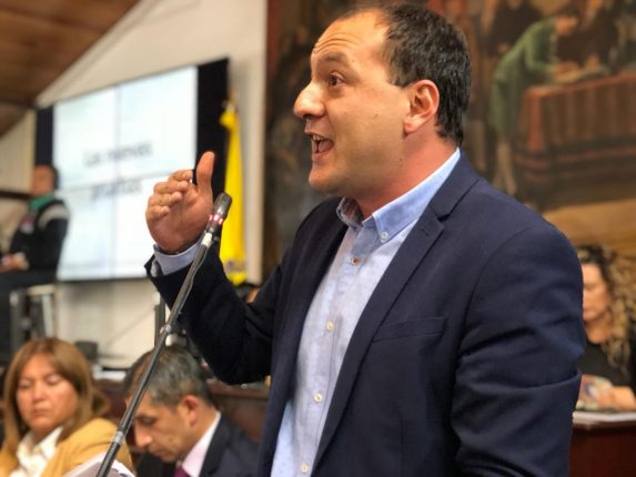 """""""Las canchas sintéticas que está construyendo el Distrito tienen 52 materiales cancerígenos"""": Concejal Sarmiento"""