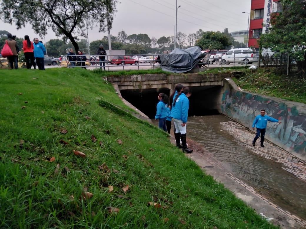 Debido a ola invernal, 'Ángeles Azules' refuerzan búsqueda en canales, caños y quebradas para proteger a los habitantes de calle
