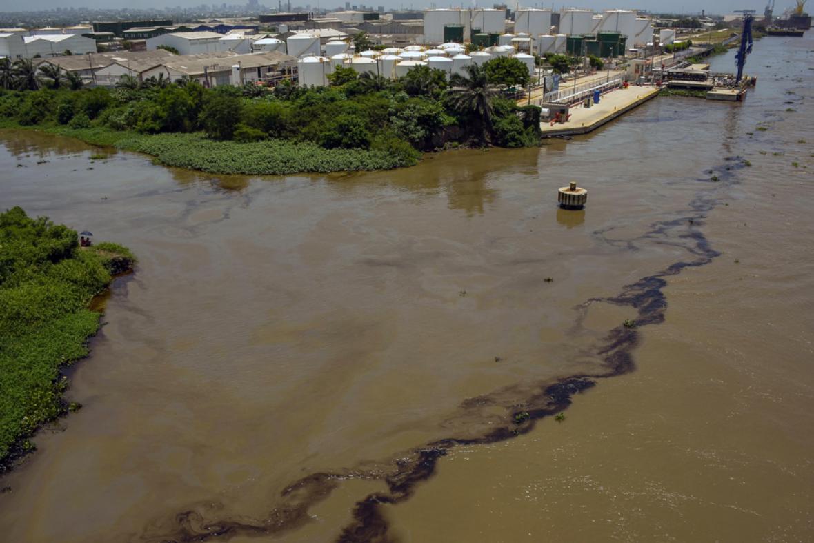 Vuelve y juega: derrame de crudo en el río Magdalena