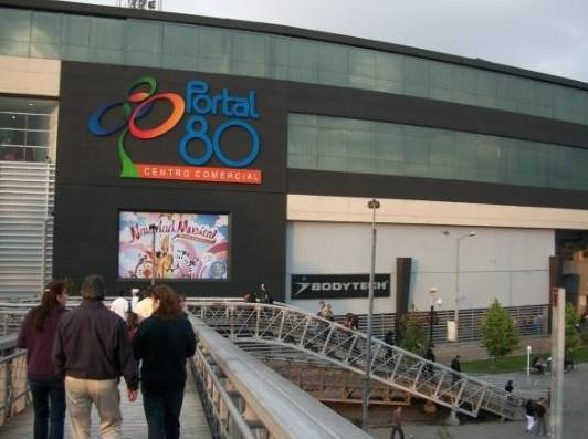 Persona cae de quinto piso de un centro comercial de Bogotá