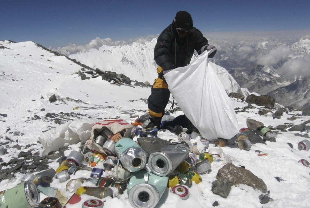 El Everest: el vertedero de basura más alto del planeta