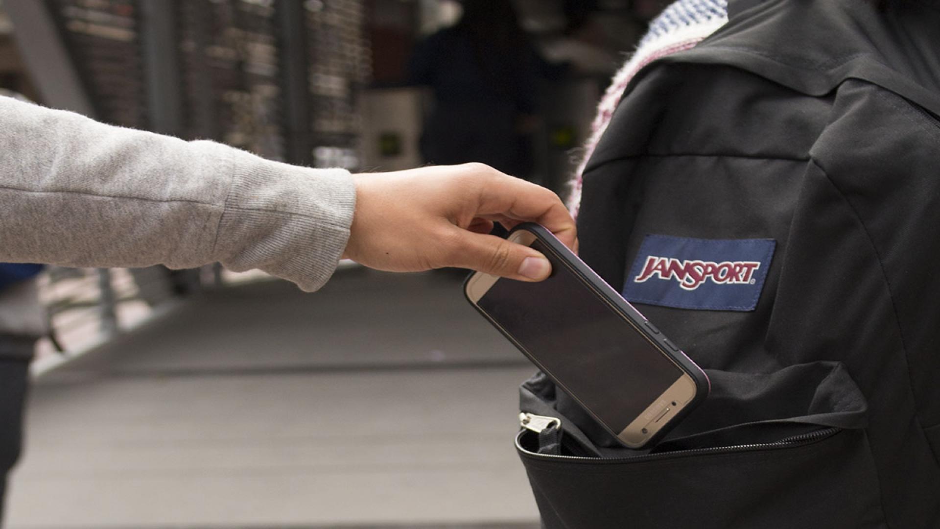 Banda roba celulares en transmilenio y mujer enfrenta a ladrones