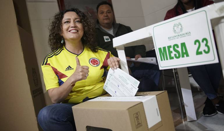 """""""Algunos se comprometieron con sacar adelante la consulta, pero todo fue pura carreta"""": senadora Angélica Lozano"""