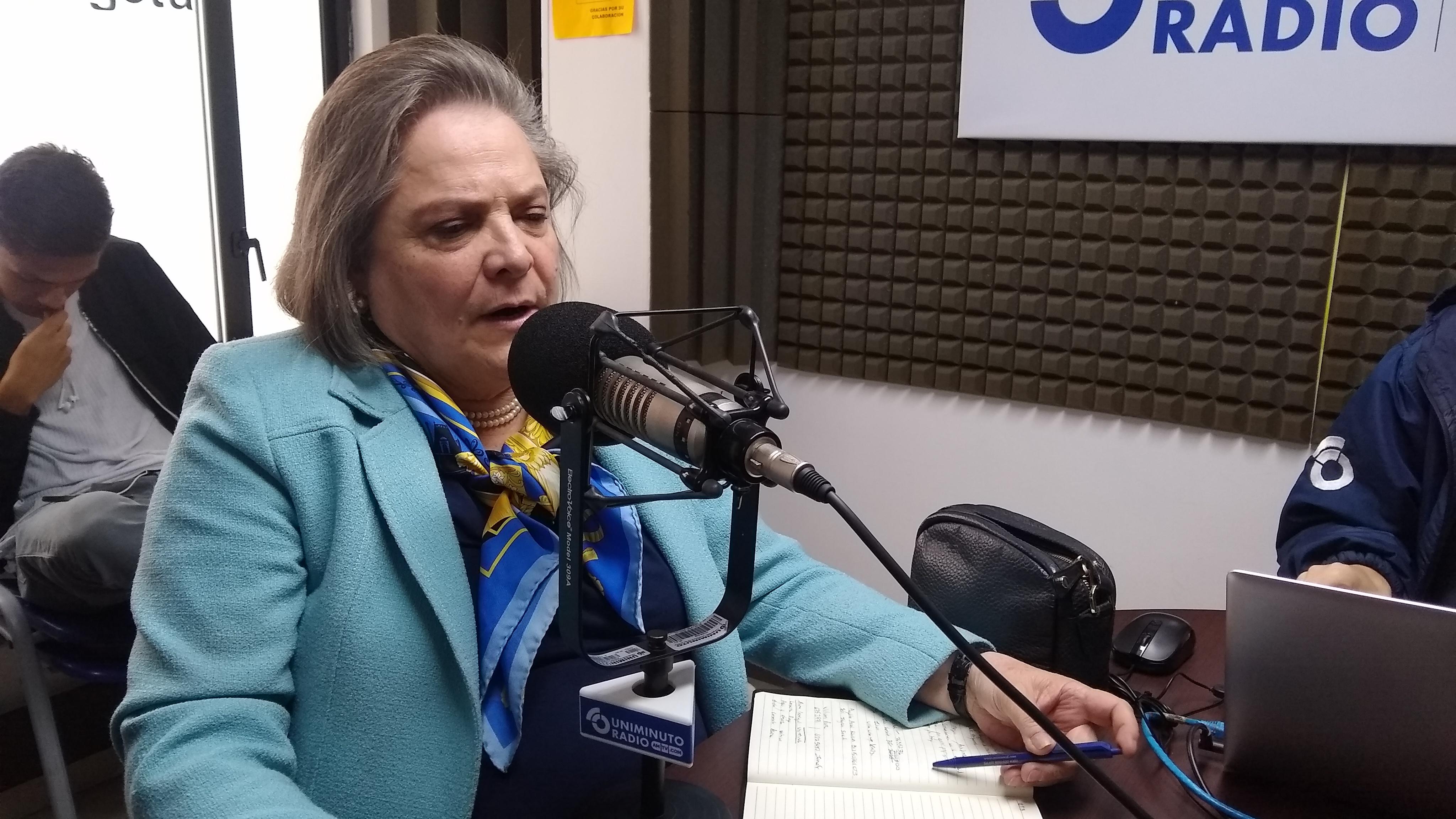"""""""Cuando uno tiene mucha experiencia para compartir, debe encaminarse por el servicio publico"""" Clara López"""