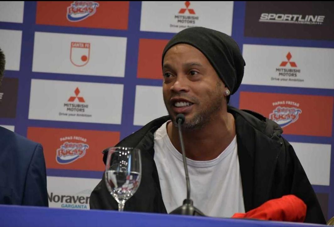 'La sonrisa del fútbol', Ronaldinho está en Bogotá y jugará con Santa Fe